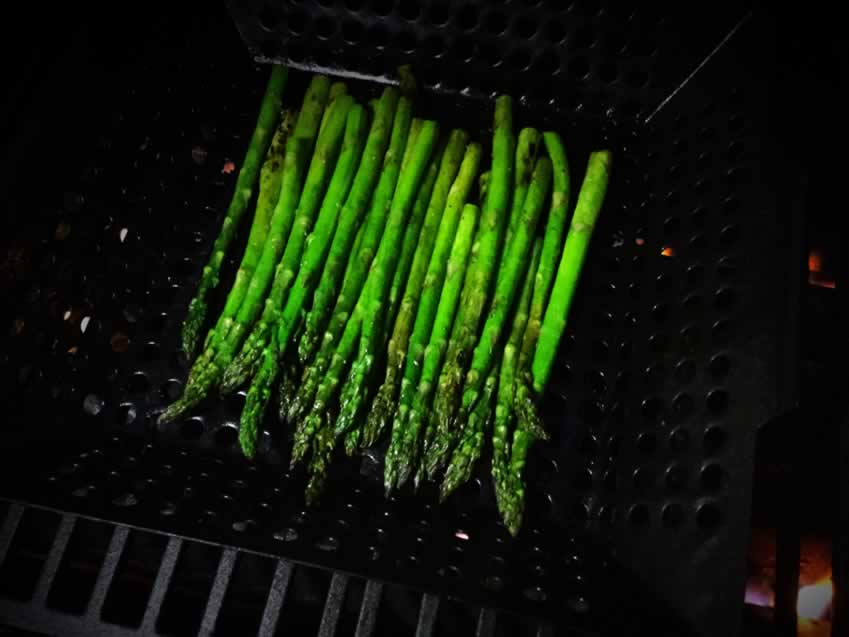 Grilled asparagus in a gilling pan/wok