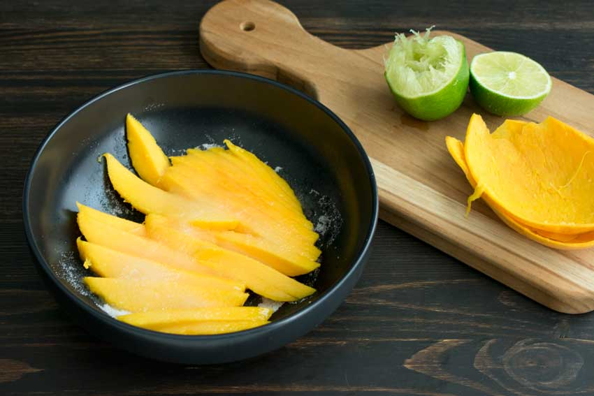 Macerating the sliced mango